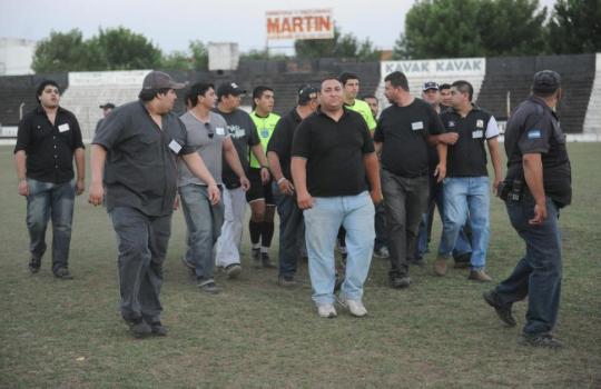 L'arbitro Nelson Bejas lascia il campo scortato dagli Steward