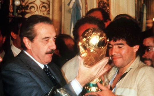 Alfonsin e Maradona con la Coppa del Mondo